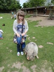 201506.21-045 Stéphanie et un cochon