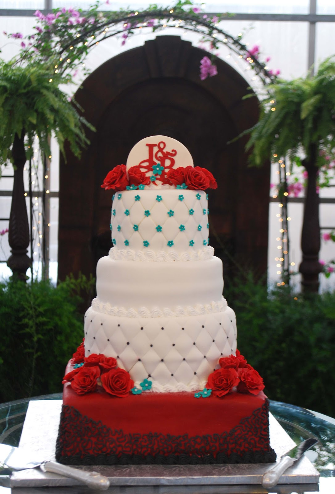 2 Layer Cake Designs http://red-wedding-bouquets1117.blogspot.com/2011/12/two-layer-wedding-cake-ideas.html