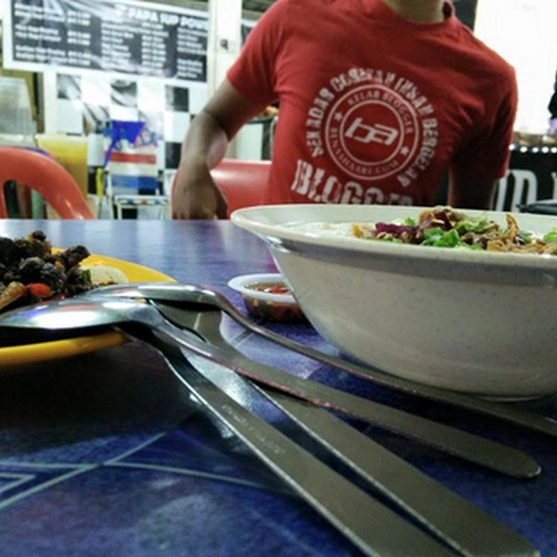 Melayan bubur nasi D'Laila Mee Udang.