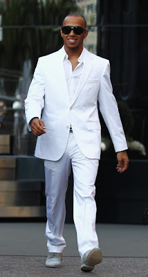 Льюис Хэмилтон в белом костюме на Гран-при Монако 2011