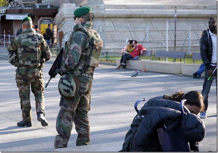 paris soldiers att tour eiffel 111515 00000
