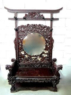 Резной диван с зеркалом. 19-й век. Диван в восточном стиле, резной декор, резные скульптуры, маркетри, кость, перламутр, зеркало. 150/60/235 см. 7000 евро.