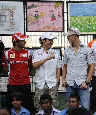 Фелипе Масса и Камуи Кобаяши показывает палец Михаэлю Шумахеру на Гран-при Индии 2011
