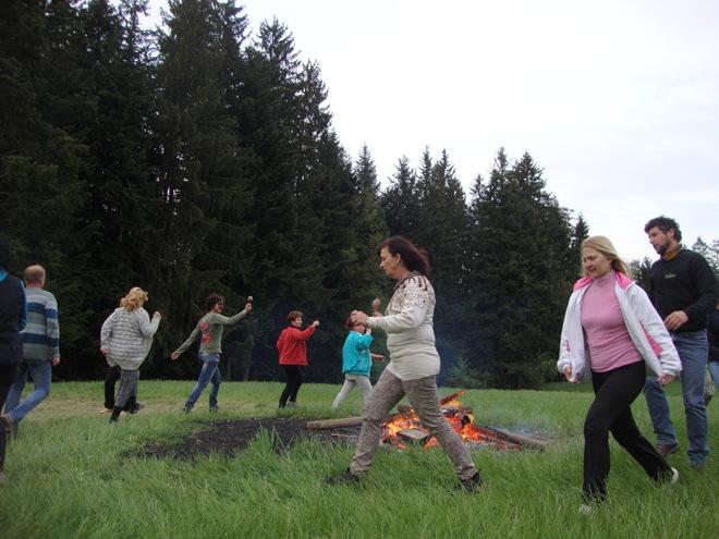 ples okrog ognja