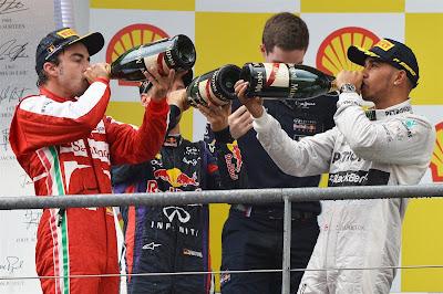 Фернандо Алонсо, Себастьян Феттель и Льюис Хэмилтон пьют шампанское на подиуме Гран-при Бельгии 2013