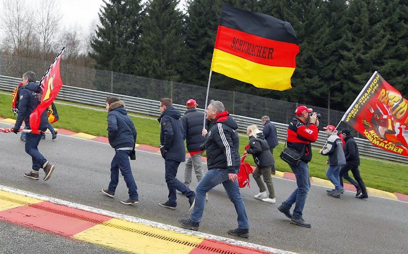 болельщики Михаэля Шумахера в акции поддержки пилота в Спа-Франкоршам 26 января 2014