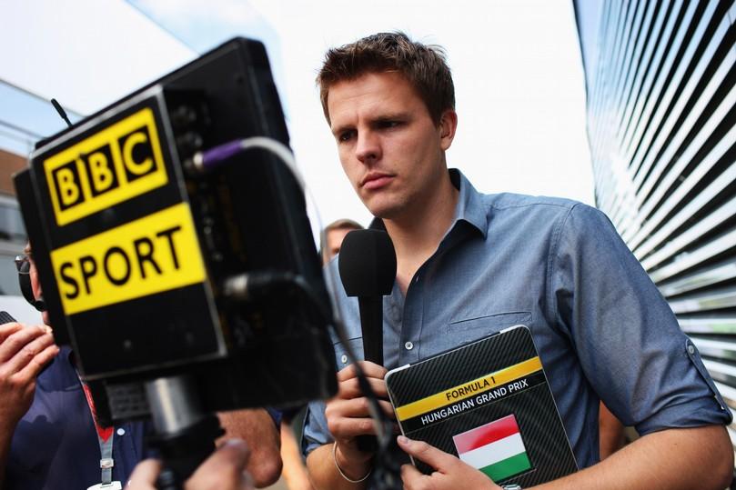Джек Хамфри смотрит в монитор BBC на Гран-при Венгрии 2011