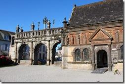 C'est un enclos remarquable du pays de Léon. La porte triomphale (1590) est très représentative de l'art de la Renaissance a deux façades semblables et trois arcades séparées par des colonnes cannelées à chapiteaux corinthiens