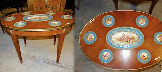 Красивый овальный столик с фарфором. 19-й век. Красное дерево, фарфоровые медальоны с ручной росписью. Бронзовый декор. 78/52/52 см. 5000 евро.