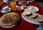 Nowy dzień zaczynamy od śniadania: placek drożdżowy zwany naleśnikiem, miód, jajecznica, tosty, kawa i sok pomarańczowy.