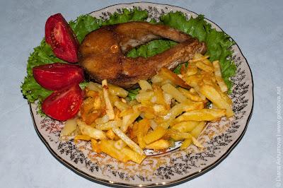 жареная рыба, картофель и свежие помидоры
