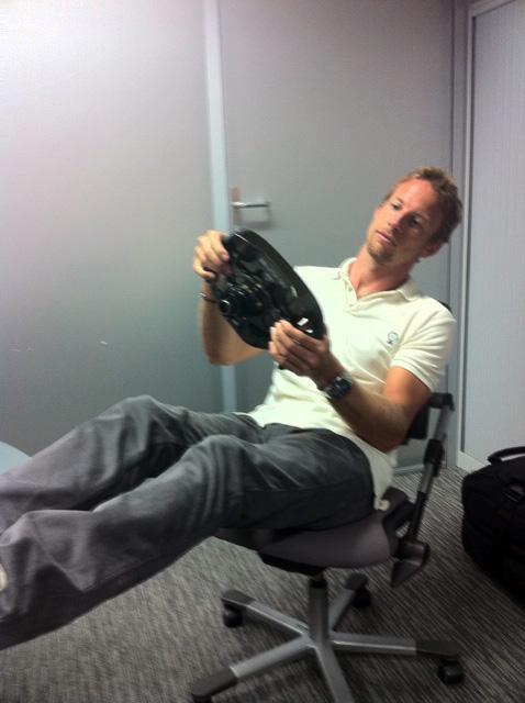 Дженсон Баттон с рулем на кресле август 2011