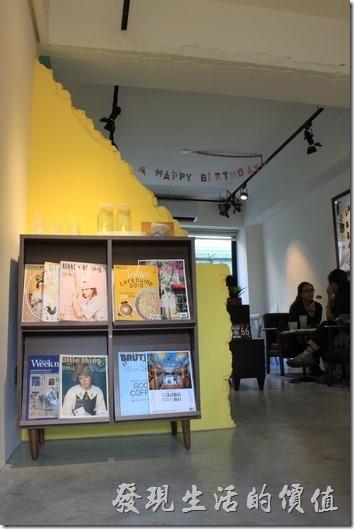 台南-A Week-Pancake-Coffee早午餐。從樓梯走上來可以看見這片黃色的斷牆,應該是故意營造出來的造型,這裡有雜誌可以看,所有的餐具及茶水也都放在這裡