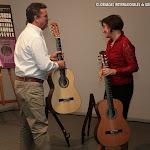 El concertista Javier García Moreno llevó a cabo estas pruebas y comentó las guitarras. Con Donatella Salvato.