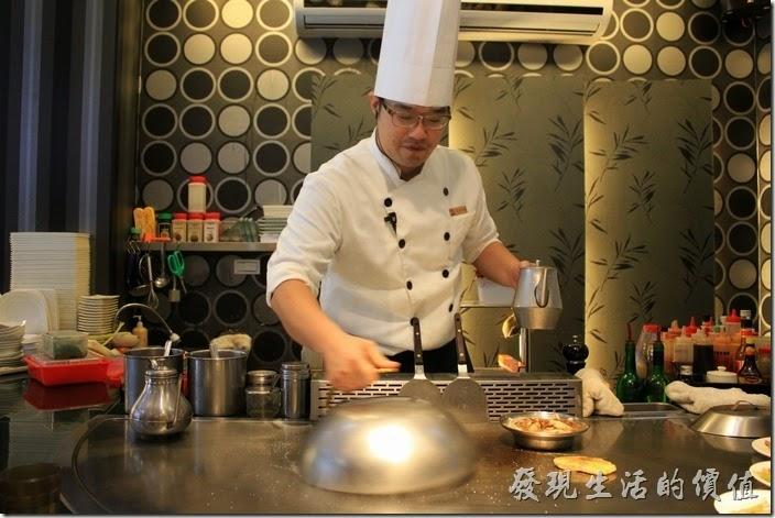台南-椰如鐵板燒創意料理。鐵板燒師傅的英姿。