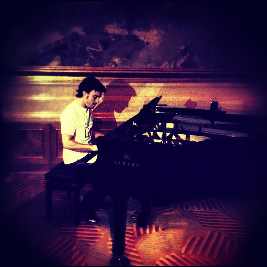 Фернандо Алонсо играет на пианино перед Гран-при Китая 2012