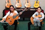 62: Es bonito, porque Paula y Clara Ballester llevan en sus manos las guitarras Alhambra que ganaron con su arte, su estudio y su tesón, en el CIGAJ, en diferentes años.