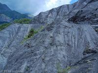 Südrampe des Col de la Cayolle (2326 m) Richtung Entraunes. Schwarzer Schiefer.