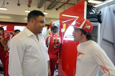 Роналдо и Фернандо Алонсо в боксах Ferrari на Гран-при Абу-Даби 2011
