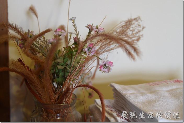 南投清境-珂之幄山莊。電視櫃上有個使用當地的小花及乾草搭配而成的花束。