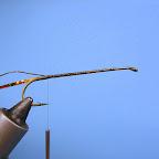1 .W imadle mocuję haczyk o przedłużonym trzonku 3-6 x L, w rozmiarze 8- 2/0. Przywiązuję złotą lametę płaską i owalną.