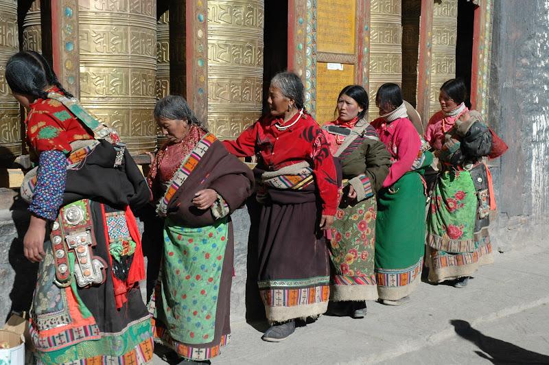 Devant les moulins à prières tibétains