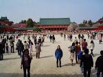Przed świątynią Shinto wKioto.