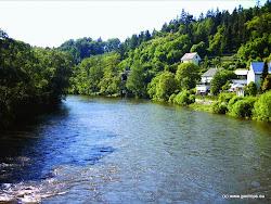 V zatáčce za mostem je nebezpečný jez! Poblíž vodáckého tábořiště je na levém břehu řeky smírčí kříž.