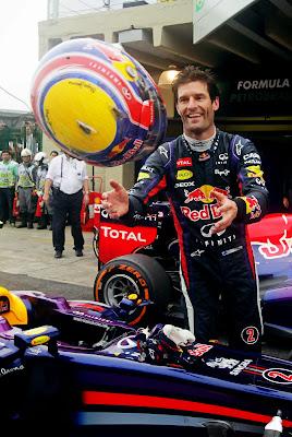 Марк Уэббер перекидывается шлемом после финиша гонки на Гран-при Бразилии 2013