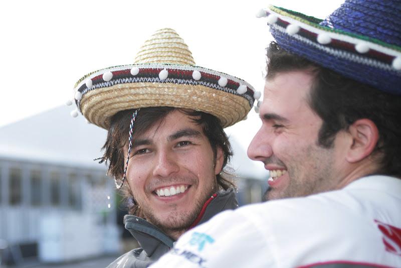 Серхио Перес со своим гоночным инженером Марко Шупбахом в мексиканских шляпах на Гран-при Японии 2011