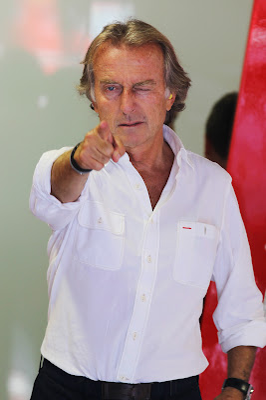 Лука ди Монтедземоло указывает куда-то пальцем на Гран-при Италии 2012