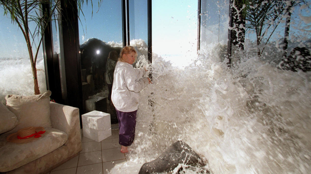 Marilyn Lane tries to shut a door as a wave rushes into her Solimar Beach, California home during a January 1998 storm, during the 1997-1998 El Niño. Photo: Alan Hagman / Los Angeles Times