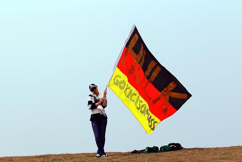 болельщица Нико Хюлькенберга с флагом Go kick some ass Hulk на Гран-при Китая 2012