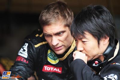 Виталий Петров обсуждает что-то со своим гоночным инженером Аяо Комацу на Гран-при Германии 2011