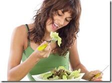 Una donna mangia le verdure