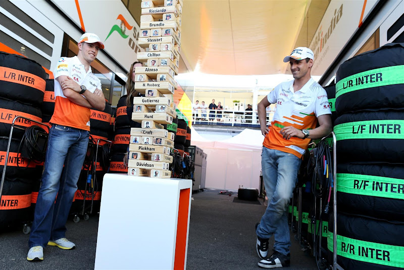Адриан Сутиль и Пол ди Реста играют в Дженгу для сюжета Sky Sports F1 на Гран-при Венгрии 2013