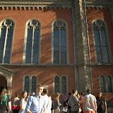 Simon und die Gruppe vor der evangelischen Kirche in Salzburg