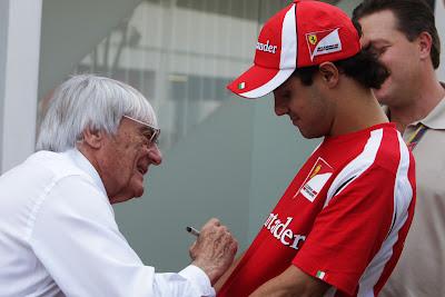 Берни Экклстоун ставит автограф на футболке Фелипе Массы на Гран-при Сингапура 2011