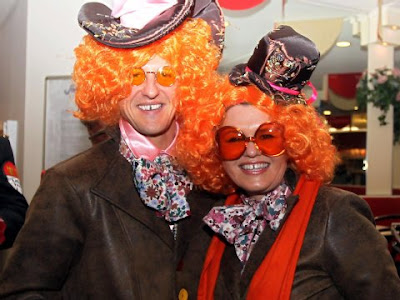 Михаэль Шумахер и Коринна Шумахер в париках и очках на карнавальной вечеринке в Кельне
