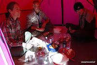 Choć poźniej będziemy już jadać raczej w różowej jadalni. Z Kimberley i Tomem z Teksasu.
