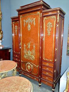 Роскошный шкаф 19-й век. Палисандр, маркетри, бронза, резьба, позолота. Выдвижные ящики, три двери.