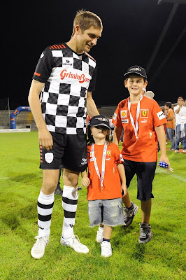 Виталий Петров с детьми на футбольном матче Nazionale Piloti перед Гран-при Италии 2011 в Монце