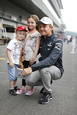 Нико Росберг и его маленькие болельщики на пит-лейне Спа на Гран-при Бельгии 2013