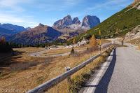 Passo Pordoi (2239m), Westrampe. In der Bildmitte die markante Langkofelgruppe (Sassolungo) beim Sellajoch.