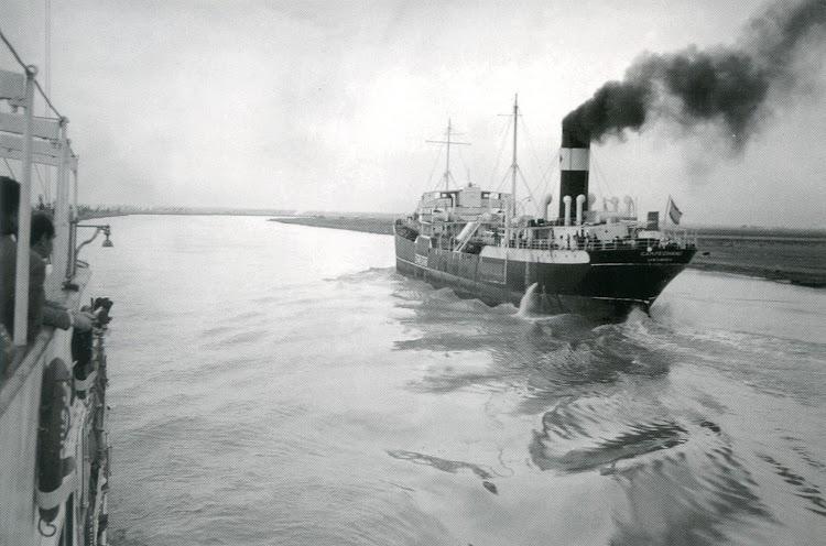 Petrolero CAMPECHANO navegando en el Guadalquivir. Ca. 1940. Postal.jpg
