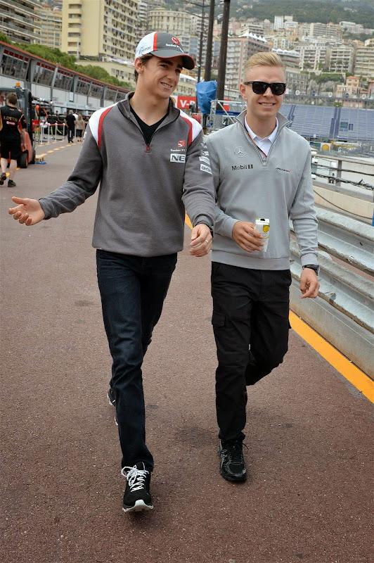 Эстебан Гутьеррес и Кевин Магнуссен гуляют по пит-лейну Гран-при Монако 2014