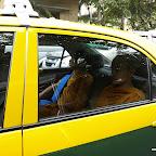 Z rojem stojących w korkach kolorowych taksówek.