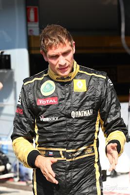 Виталий Петров показывает что-то на Гран-при Италии 2011