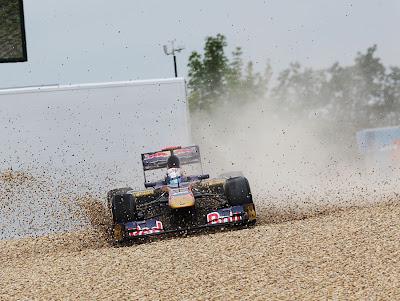 Себастьян Буэми и его Toro Rosso в гравии на Нюрбургринге во время первой сессии свободных заездов на Гран-при Германии 2011