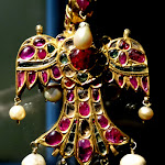 Pendentif en forme d'oiseau. Inde moghole (?). 17e s. (?). Or, diamants, rubis, émeraudes, perles et cristal de roche. MA 6768.